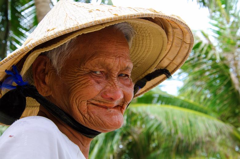 Smile - In Vietnam wilde deze vrouw ons pinda&#039;s verkopen. In ruil voor de aankoop mocht ik deze foto maken. Plus natuurlijk &#039;n paar dong.<br