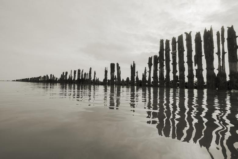 Waddenkust Peasens - palen en weerspiegeling Waddenkust Wierum