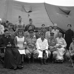 Personeel van een Veldhospitaal tijdens wo2, in scene gezet en met jaren 30 camera gefotografeerd