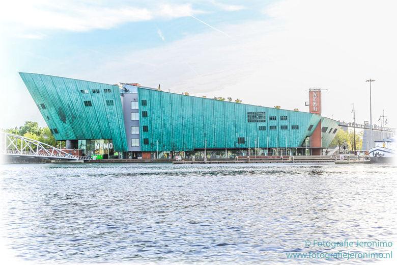 Science Center Nemo in Amsterdam - Na met de trein op Amsterdam CS te zijn aangekomen is het karakteristieke gebouw van het Science Center Nemo in Ams