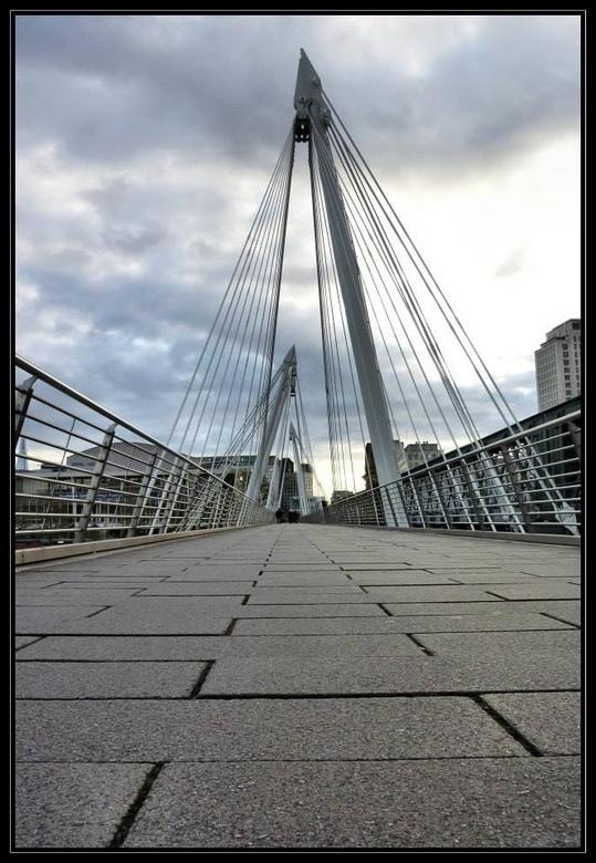 Jubilee Bridge! - Gemaakt met mijn compactcamera, 1 week eerder had mijn trouwe Nikon D60 het opgegeven.......<br /> En in Londen ben ik maar &#039;l