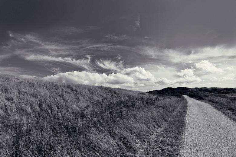 Fietspad door de duinen - Fietspad op Ameland met de Hollandse luchten in de achtergrond