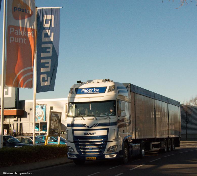 Mooie DAF  - Op dit punt is het altijd een komen en gaan van vrachtwagens auto's en fietsers.