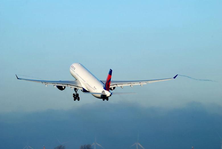 Takeoff Delta A330-200 - Takeoff Delta van de de polderbaan.<br />