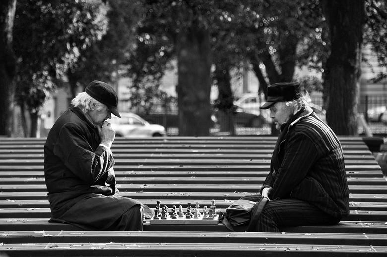 Riga, Letland, schaken in de vrieskou - Riga, Letland. Deze heren zaten in een van de stadsparken, in de vrieskou, te schaken.