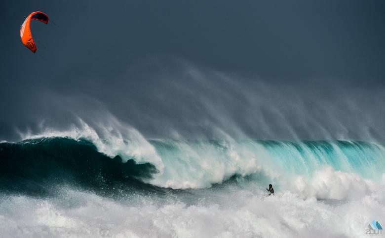 Kitesurfer in de golven -