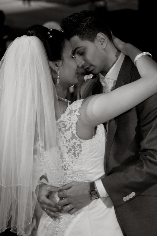 Tenderness - Een blik tussen bruid en bruidegom tijdens openingsnummer
