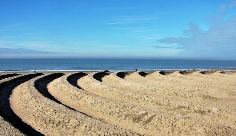 Ringen aan Zee - zandkunst Ringen aan Zee op het stand van Scheveningen<br /> Gtjs. AJ62