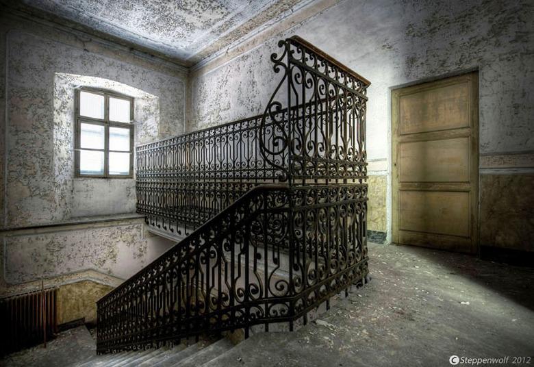 Down! - Trappenhuis in het verlaten Manicomio  di R...