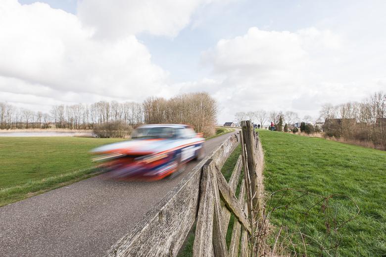 Snelheid in de Tank S Rally 2014 - Ik was bezig met de rally te fotograferen met een 16-35 objectief. Toen ik het hek zag wist ik direct dat ik die sc