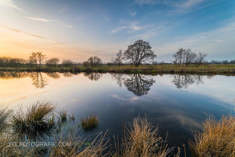 rustige weerspiegeling na een zonnige lentedag in Rouveen. -