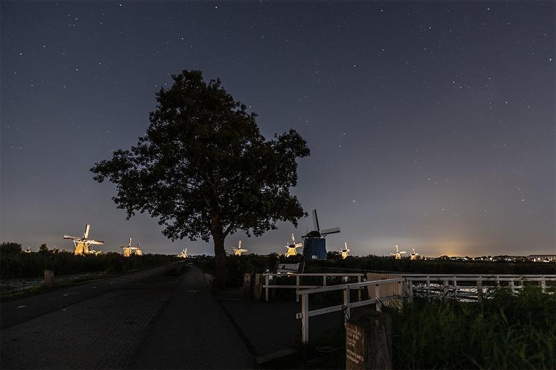 Kinderdijk verlicht 2018 - Nog maar even een groet uit Kinderdijk, gisteravond ging ik eigenlijk om de molens zonder verlichting te fotograferen maar