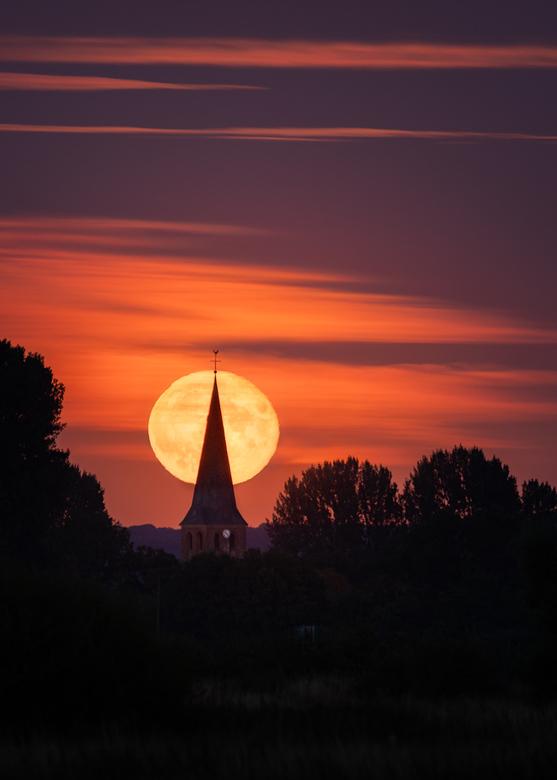 Volle maan boven Niel 04 (Pacman) - Tot slot nog een portret versie van de volle maan. (bijna) precies op het topje van de kerk.<br /> <br /> Voor d