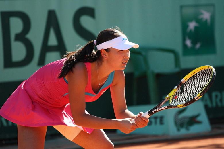 Shuai Peng - Shuai Peng in haar partij tegen Tamira Paszek op een van de bijbanen op Roland Garros. <br /> De bijbanen zijn kwa fotografie veel inter