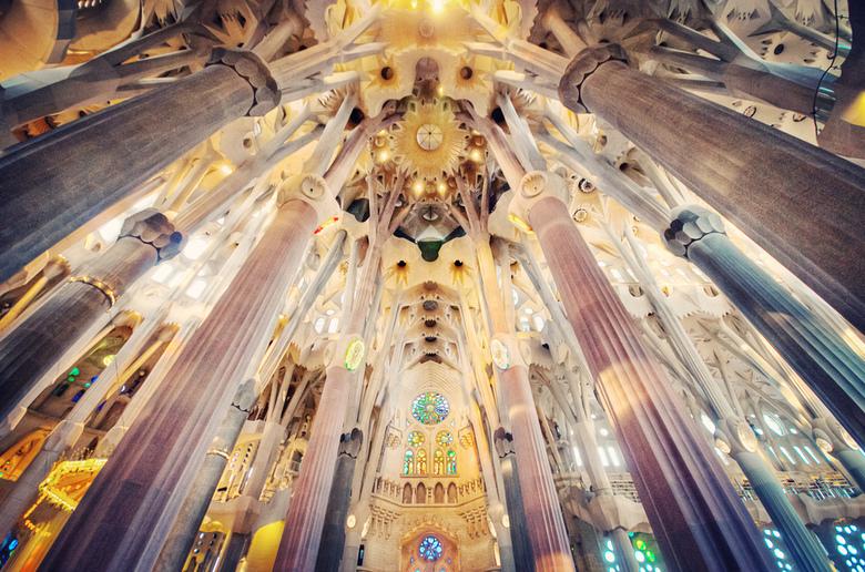 Tussen de kolommen - Magistrale architectuur van Gaudi.