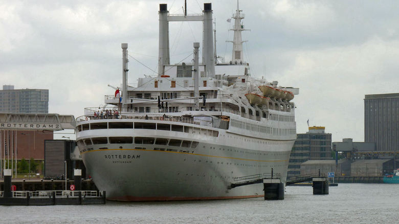 SS Rotterdam - Vanaf de Piet Hein zicht op de SS Rotterdam