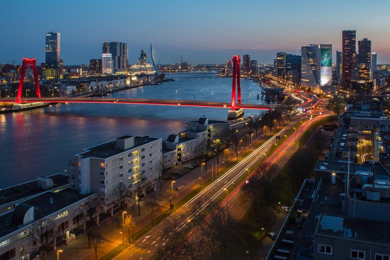 Blue hour Rotterdam - Uitzicht op deze prachtige stad waar de verlichting goed tot zijn recht komt tijdens het blauwe uurtje.