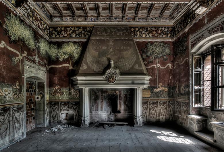 eigen haard is goud waard - interieur verlaten kasteel in urbex-Italie, 01
