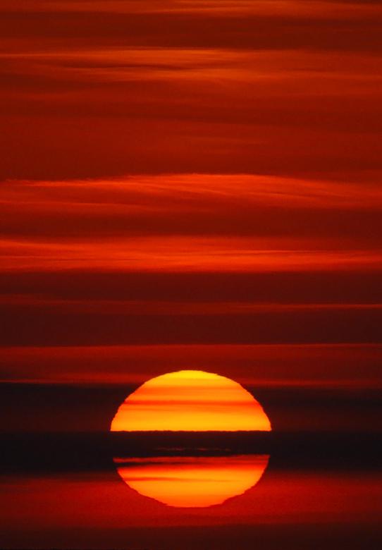 """Zonsondergang - Deze is nog van gister. Ik vond zelf de wolkenlagen wel mooi, vandaar het lage standpunt van de zon. Is eens wat anders <img  src=""""/im"""