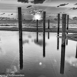 Palendorp bij zonsondergang in zwart-wit