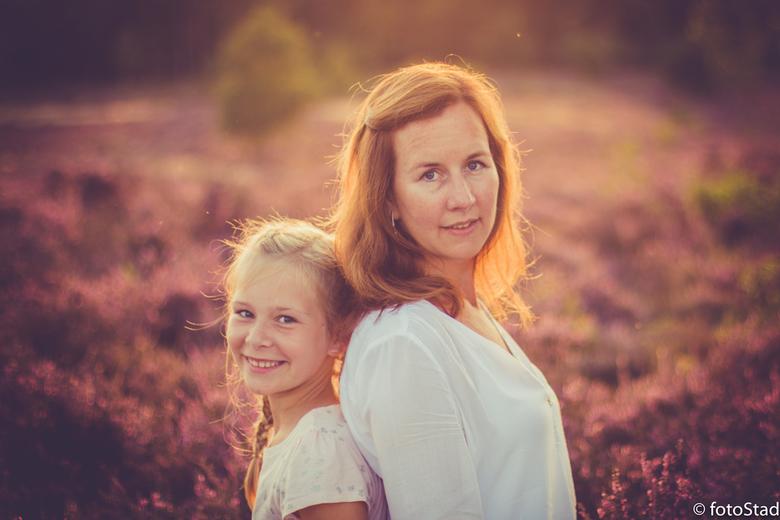 moeder&dochter - op de bloeiende hei in het gouden avondlicht