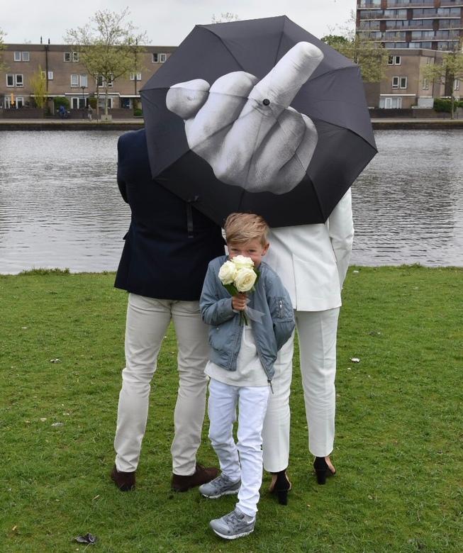 They said Yes..! - Een niet bewerkte foto in het park ( zoetermeer ) een beetje bewolkt.