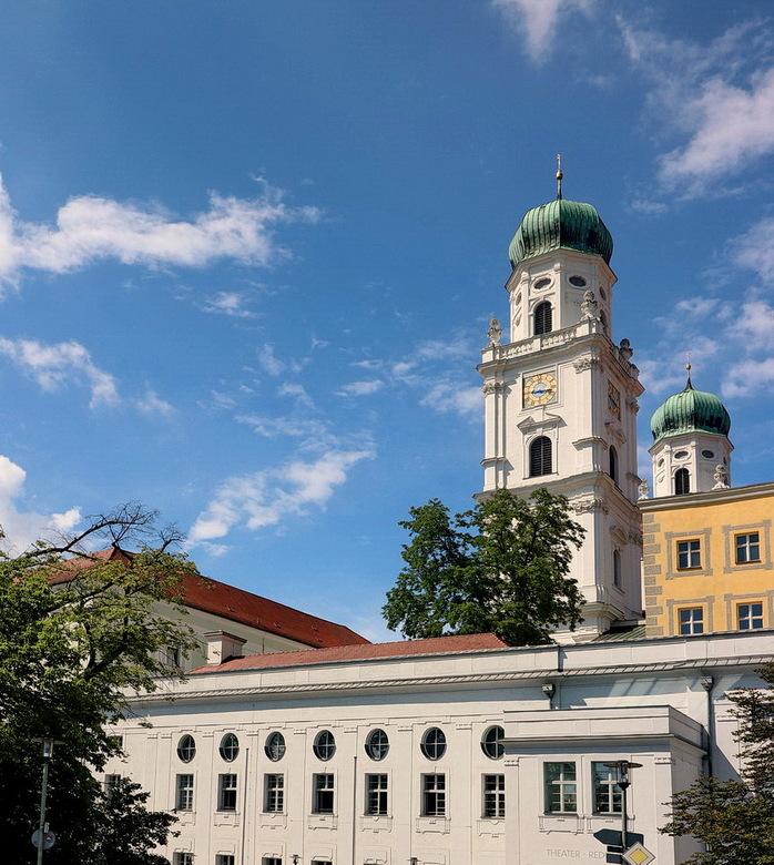 Passau. - Zicht op de torens van de Dom in Passau Duitsland.<br /> <br /> 2juni 2018.<br /> Grotjes Bob.