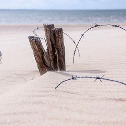 Prikkeldraad op het strand.