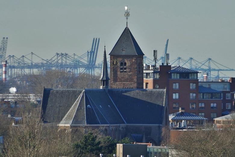 Naaldwijk - Maasvlakte - Vanaf het dak van Flora Holland in 1 beeld gevangen de Oude kerk te Naaldwijk met bedrijvigheid op de Maasvlakte. Het was zee