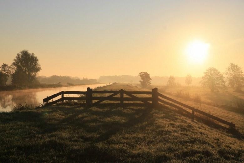 Hollandse Zonsopgang - Zonsopgang in een beginnende herstdag.<br /> In een prachtige mist.... toch een oerhollands plaatje?