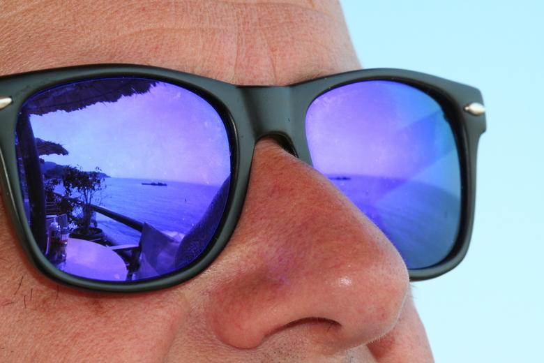 weerspiegeling - Aan het strand van Argassi Zakynthos tuurend naar het vaste land van Griekenland
