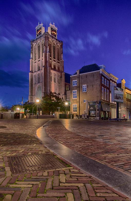High and mighty - Binnen Dordrecht is de Grote Kerk een waar icoon, het middelpunt van de stad. De toren zou eigenlijk nog hoger moeten zijn, maar tij