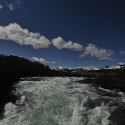 Rivier en wolkenlucht