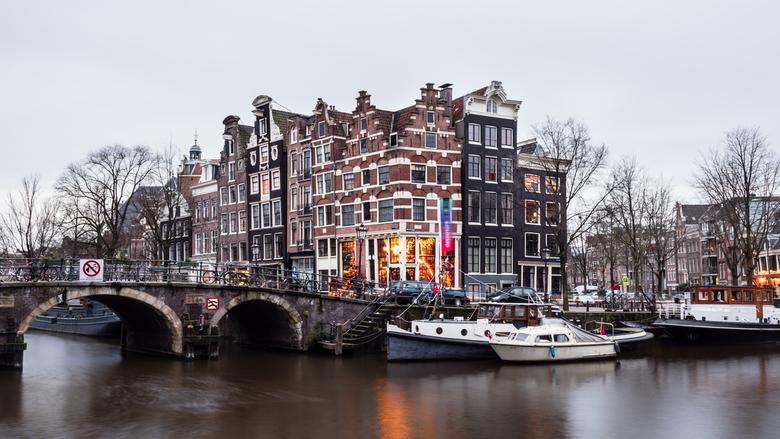 020 - Tijdens het lightfestival (dat ontzettend tegenviel dit jaar) even mooi stukje Amsterdam op de foto gezet. Ik was er toch.. Scheve gevels om spu