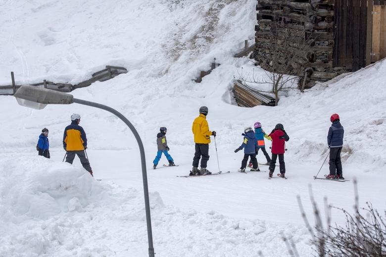 Wintersport 7 - Vlakbij het huis waar wij logeerden kon je de piste op om naar beneden te skiën, naar de cabinelift die je weer naar de hogere pistes
