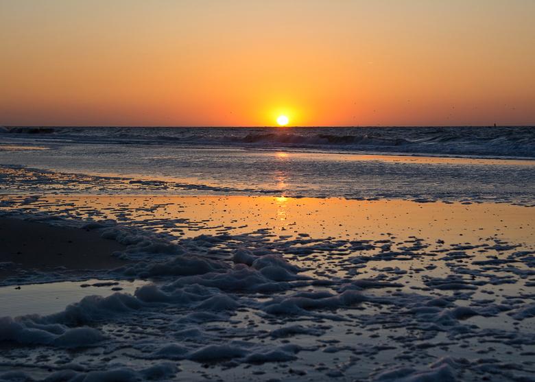 Zonsondergang 2 - Het laatste stukje zon in Renesse.