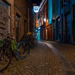 Lege straat in Maastricht bij avond...