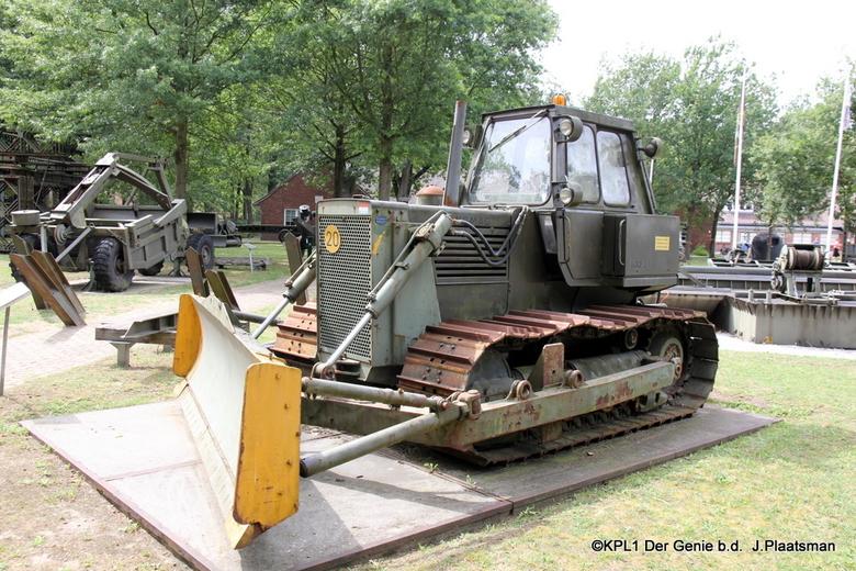 Genie Museum ( Hanomag rupsdozer) - Een dagje Vught en een bezoekje aan het Geniemuseum. Een oude rupsdozer van de Genie