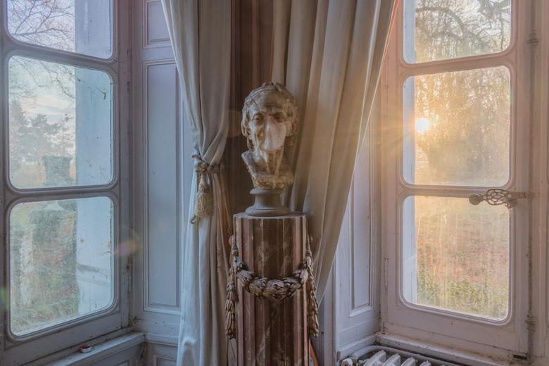 Borstbeeld bij zonsopgang - Een van de vele borstbeelden in een verlaten kasteel ergens in Frankrijk