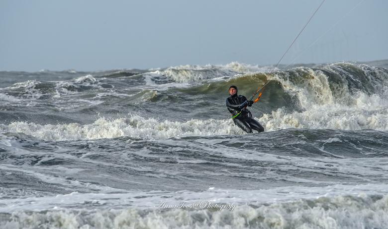 kite surfer-3 - kitesurfer aan het genieten van de wind en de golven.