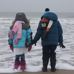 Jens en Raya met de laarzen in de zee