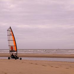eenzame strandsurfer