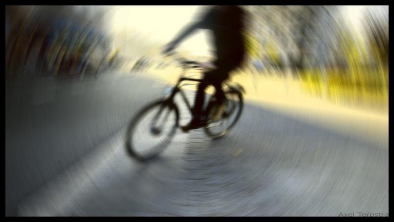 Silhouet... - met de focus op een ander detail gericht, stoof deze fietser even door het beeld. De bedoelde opname was gelukt. Deze dus niet, maar ik