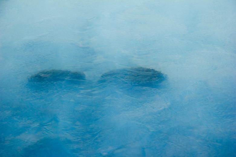 Stenen in gloeiend heet meer