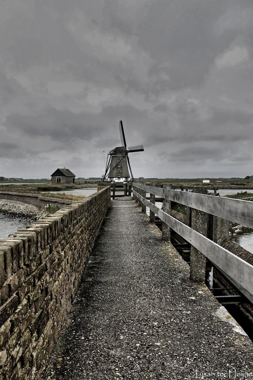 Molen - Molen op Texel, ik wou iets speciaals in de foto met lijnen, dus vandaar dat het muurtje en het hek met pad er opstaan. Dit laat ook meer afst