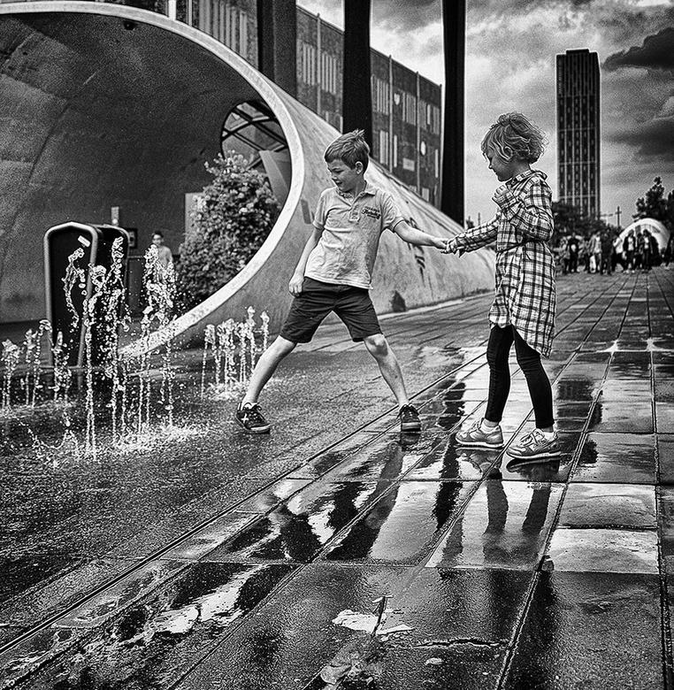 WATERSPEL - Kinderen spelen met water, tijdens het passeren foto gemaakt.