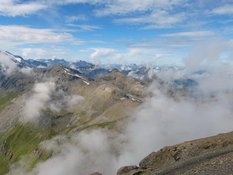 Zwitserland. - Hier staan we op de top van de Schilthorn op 2970 meter hoogte van het uitzicht te genieten.<br /> Hier heb je zicht op de bergen van