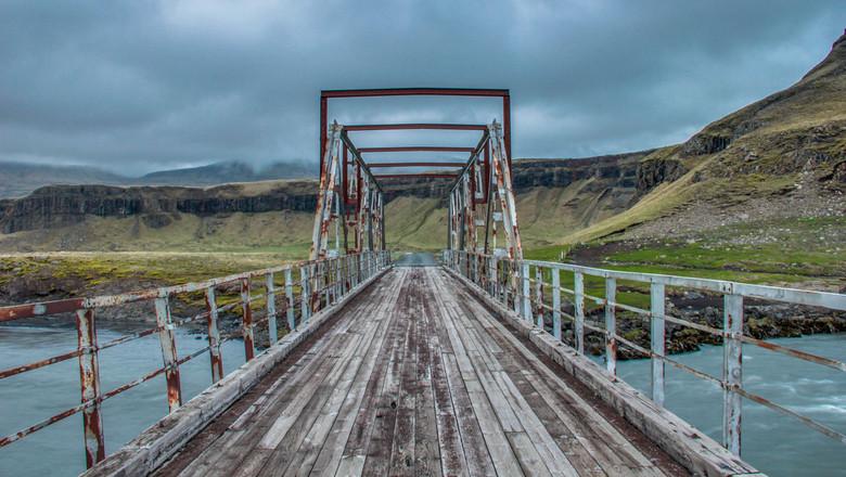 High dynamic bridge - Ik had deze brug al vanuit de auto gespot in de buurt van ons hotel in Nupar, IJsland. Toen we er op een avond naartoe reden lag
