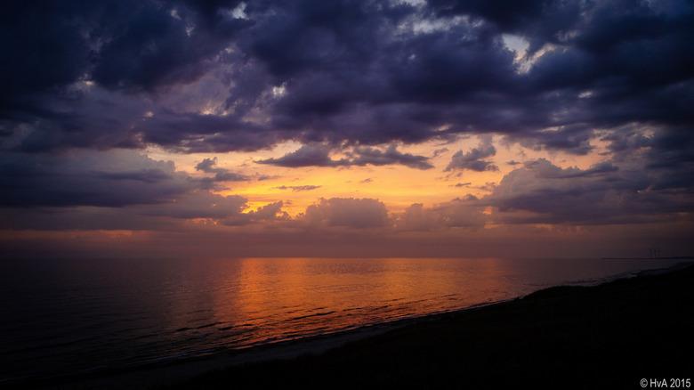 De zon zakt langzaam in de Noordzee