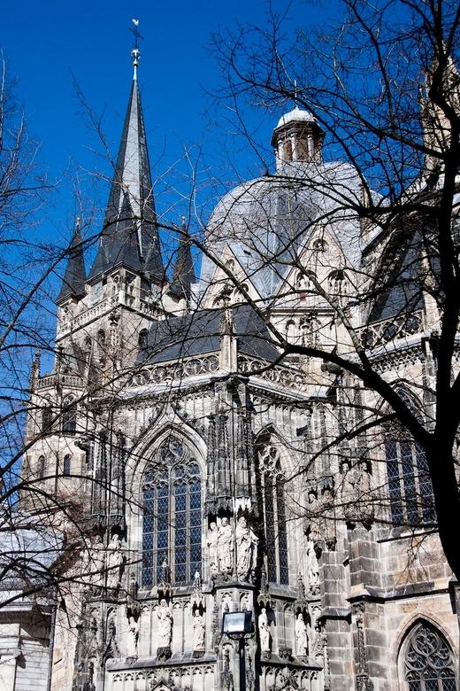 Kathedraal - De kathedraal van Aachen bij een strak blauwe lucht.